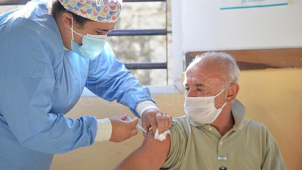 Se recomienda a familiares y amigos de residentes completar el esquema de vacunación contra Covid-19.