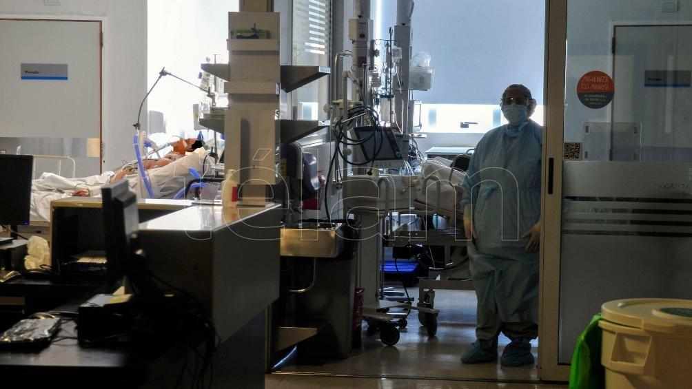 """""""La situación está complicada. Hay pacientes que requieren internación y están a la espera en los pasillos con el oxígeno""""."""