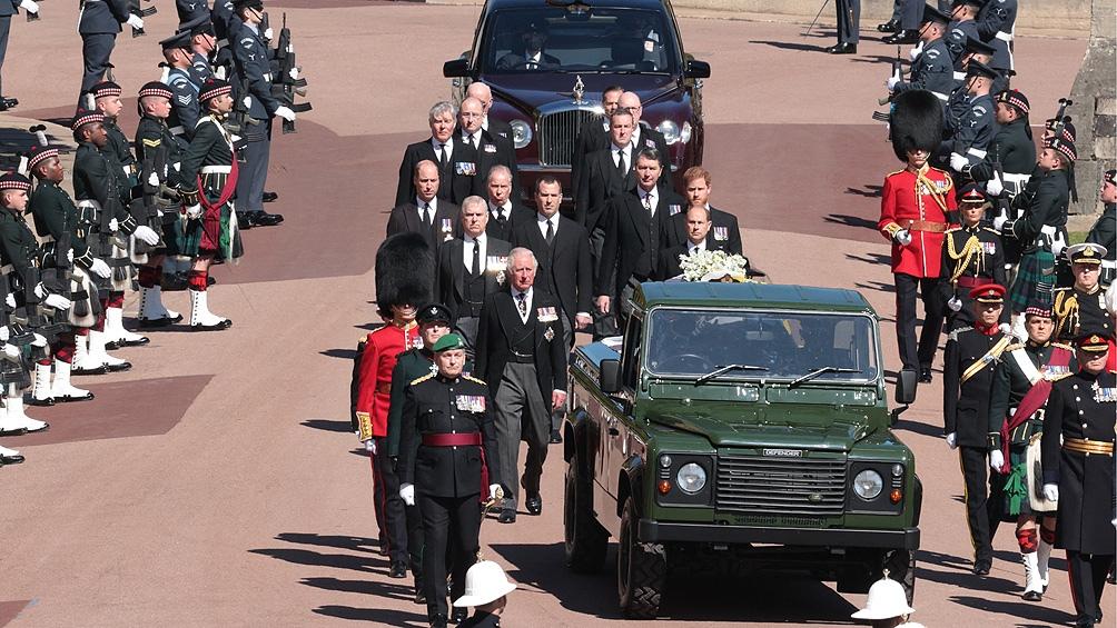 Los miembros de la realeza no usaron uniforme militar en el funeral y en su lugar vistieron de civil con trajes de color negro.