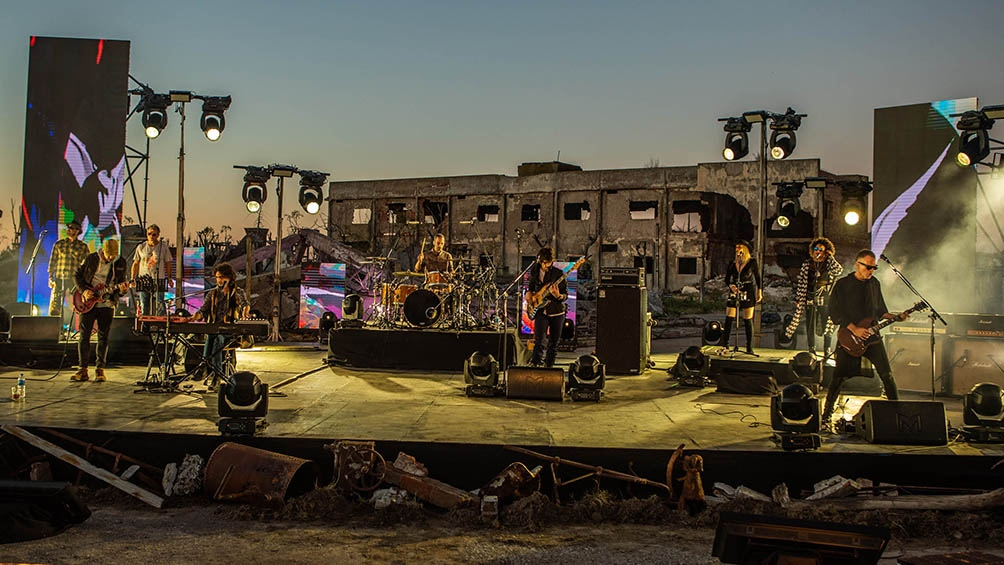 Desde un imponente escenario montado sobre las ruinas de una zona que quedó sepultada por las inundaciones de mediados de los `80, la banda desplegó un impresionante show.