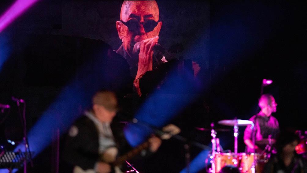 """El Indio participó de los estrenos """"Las ventajas de rezar solo"""" y """"Encuentro con un ángel amateur"""" y """"Stragerdanger"""", única canción en el repertorio del disco """"El ruiseñor, el amor y la muerte""""."""