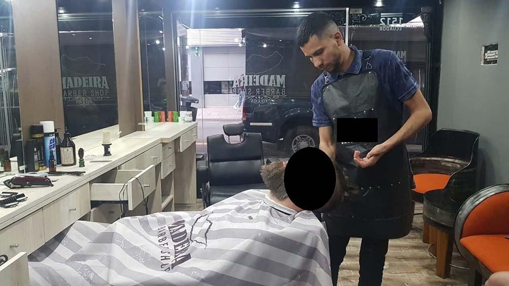 El presunto femicida es peluquero y en su perfil de Facebook se observan fotografías que lo muestran trabajando.