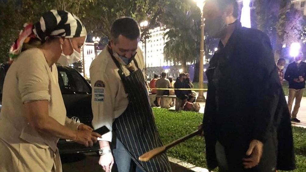 """Una de las """"rondas"""" para entregar comida de la Res Solidaria en Plaza de Mayo con barbijos y viandas."""
