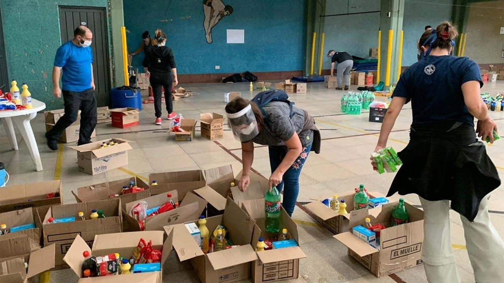 Kits de higiene y desinfección, además de alimentos en los bolsones que entrega la Obra de Don Bosco.