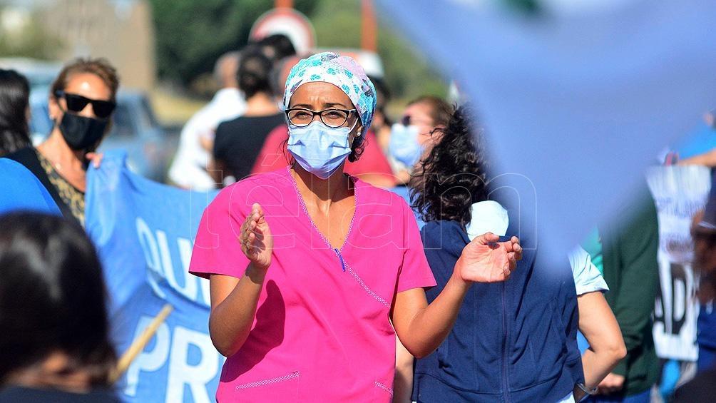 Los trabajadores de la salud realizaron cortes de ruta por dos hora reclamando por su salario.