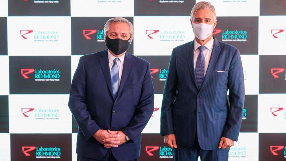 El presidente Fernández, junto a Marcelo Figueiras presidente de la firma Richmond, que confirmó la prioridad de vacunas para su aplicación en Argentina.