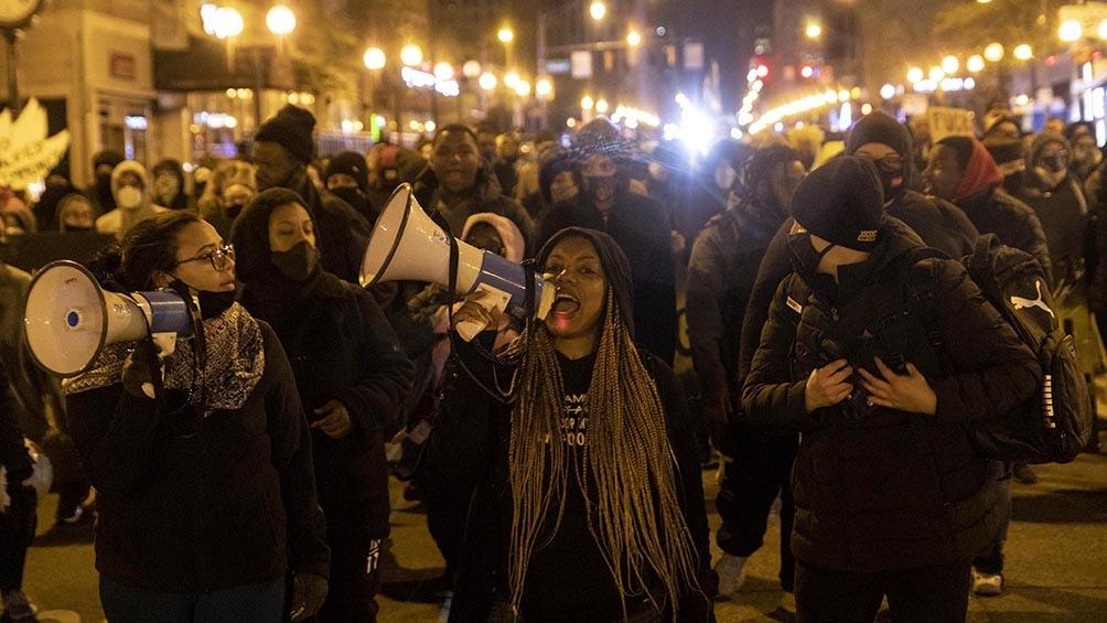 Qrganizaciones y familiares de víctimas piden crear una comisión para investigar violencia policial y racismo en EEUU