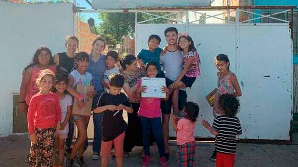 Estanislao Goméz Minujín y los chicos de un comedor de Florencio Varela.