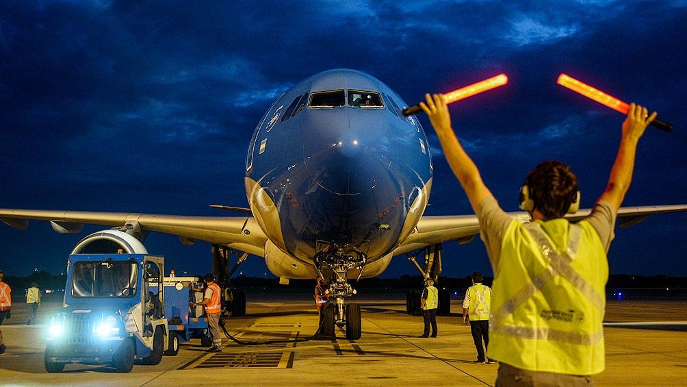 El decimotercer vuelo de AA con destino a Rusia partió este jueves a las 2.14.