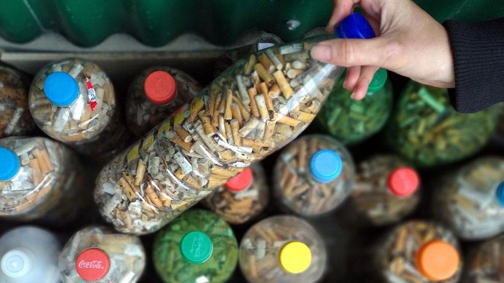 En cada botella caben entre 800 y 1.000 colillas.