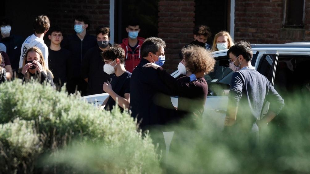 Debido a las restricciones por la pandemia de coronavirus solo pudieron ingresar a esa sala familiares y allegados del funcionario, como el presidente de la Cámara de Diputados, Sergio Massa.