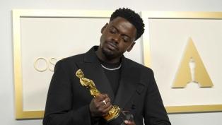 """El británico Daniel Kaluuya recibió el Oscar a Mejor Actor de Reparto por """"Judas y el mesías negro"""""""