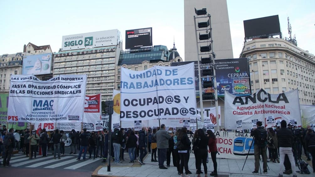 Diversos sectores protestan en el Obelisco y marchan al ministerio de Trabajo