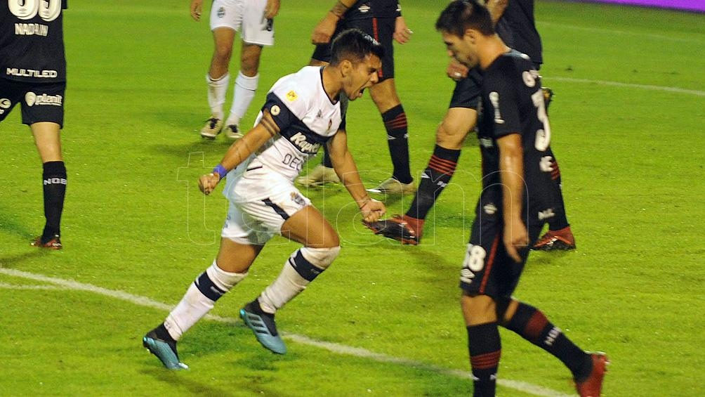 Matías Pérez García festeja el segundo gol de Gimnasia.