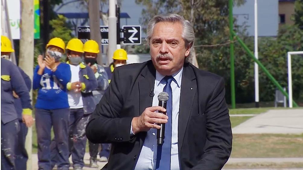 El Presidente entrega viviendas en el barrio Saladita de la localidad bonaerense de Avellaneda.