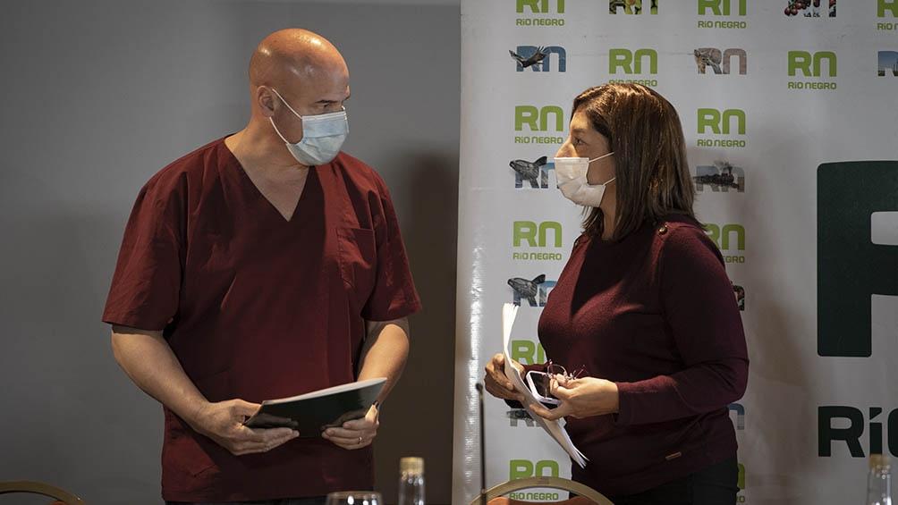La gobernadora Arabella Carreras y el director del Hospital Zonal de Bariloche, donde ya no quedan camas libres de terapia intensiva.