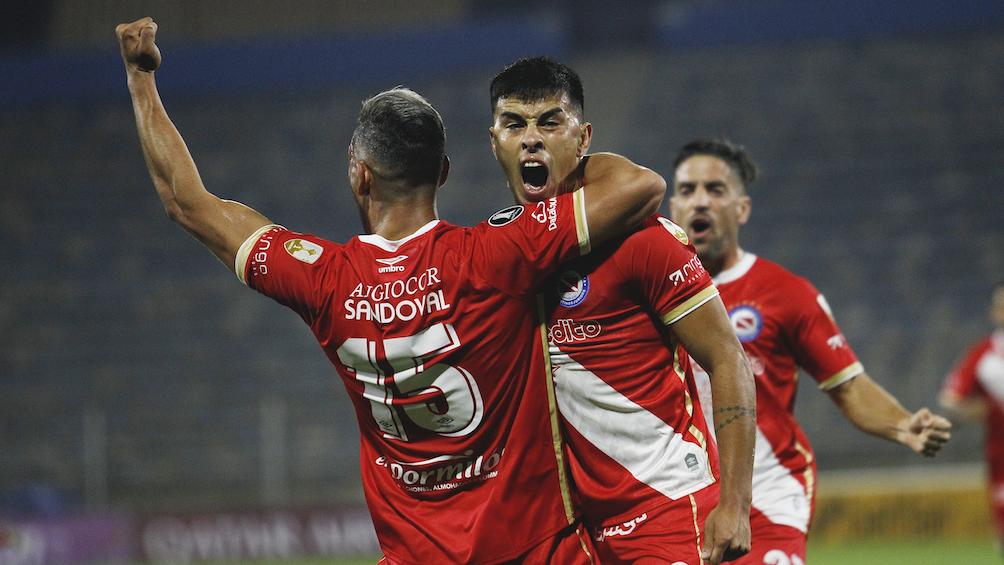 Gabriel Florentín grita su gol abrazado por un compañero.