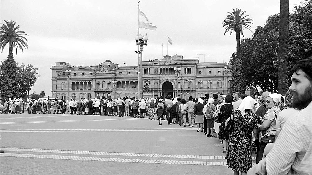 Es el 44 aniversario de la primera marcha de las mujeres de pañuelo blanco que exigían la aparición con vida de sus hijos.