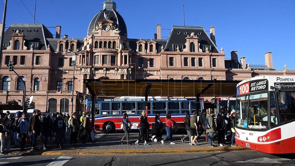 """Respecto del transporte público, """"está reservado para quienes cumplen tareas esenciales""""."""