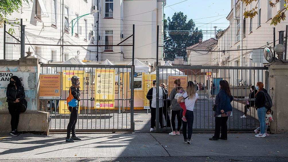 Decenas de personas esperaban en largas filas frente a las unidades de febriles para testearse