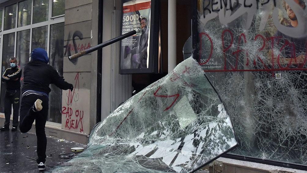 La policía reprimió con gases lacrimógenos y camiones hidrantes la manifestación en la capital francesa.