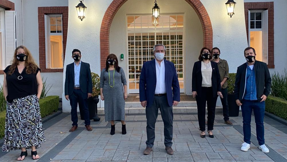 Alberto Fernández con dirigentes del PJ porteño luego del acto que se transmiitió en forma virtual.