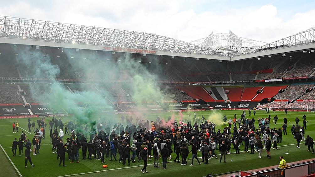 En un hecho sin precedentes, los hinchas del United invadieron la cancha en protesta contra los dueños del club (AFP).