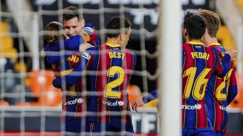 Barcelona, con dos goles de Messi, venció a Valencia y sigue en la pelea
