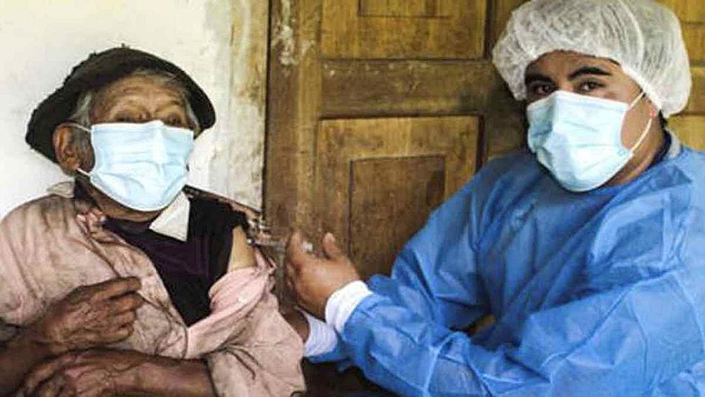 Para llegar al domicilio de Abad, un equipo de inmunizadores tuvo que caminar más de tres horas por un terreno difícil.