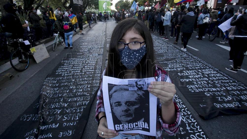 La represión y disturbios terminaron, por ahora, con al menos 19 muertos y 800 heridos.