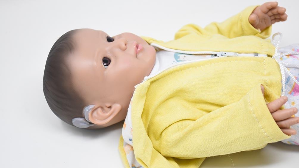 Eli, el muñeco con un implante coclear (Foto: Prensa Casita de muñecas)