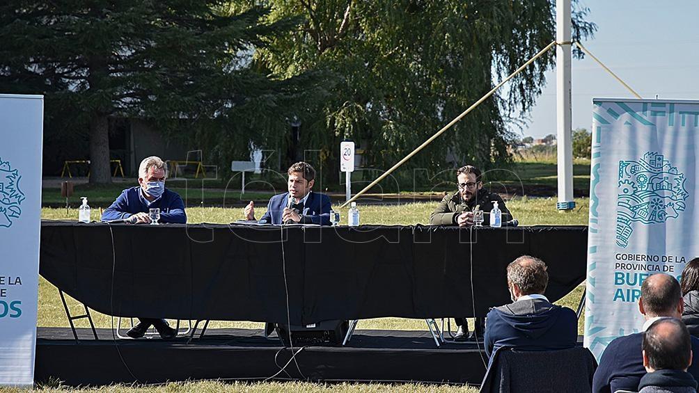 Durante la visita a Bahía Blanca el gobernador encabezó un acto en la planta Patagonia de la Empresa ABSA.