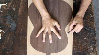 Cuando la guitarra todavía es una tabla de madera.