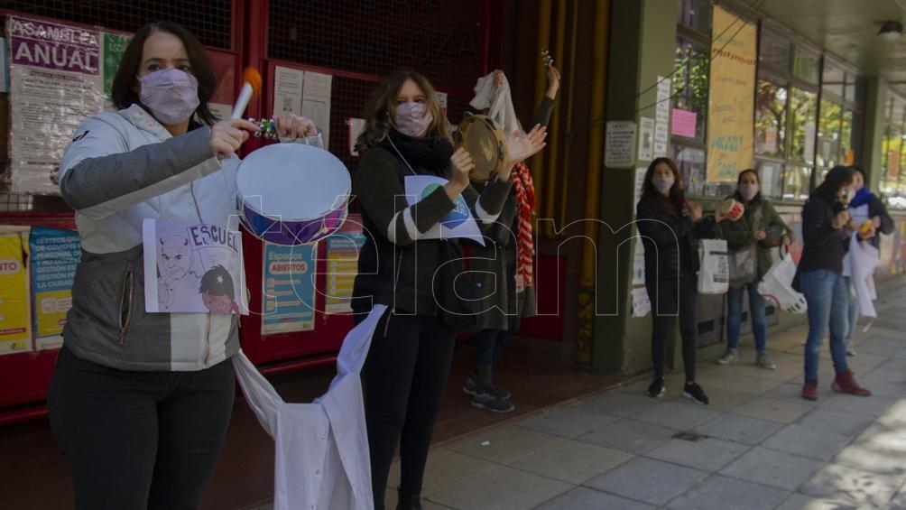 """""""Ruidazo por la educación y el cuidado de la salud"""", fue el lema de la protesta de padres y docentes de la escuela 20."""
