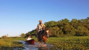 Un paseo por arroyos, pantanos e islas, en bote y caballo por el mayor humedal argentino