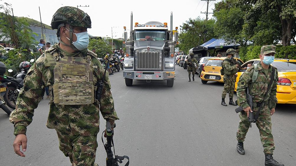 El Ejército de Colombia debió escoltar hoy la entrada de camiones con combustible y alimentos a la ciudad de Cali.