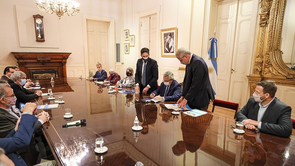 """Alberto Fernández: """"Me pone muy contento haber llegado a este acuerdo, para mí es un honor poder firmarlo""""."""