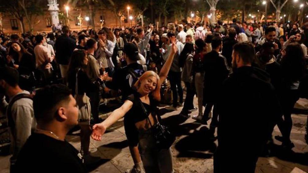 En Barcelona, la policía desalojó a cerca de 6.500 personas de 31 espacios distintos.