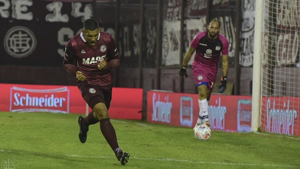 José Sand festeja su gol de penal.