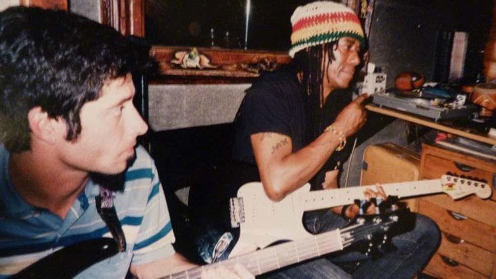Fefo Selles, actual Churupaca y ex Sinsemilla, con el guitarrista Junior Marvin, de The Wailers.