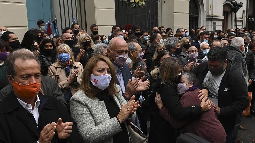 Tras conocerse la noticia de su fallecimiento comenzaron a concentrarse allegados y vecinos en la sede de la Biblioteca Argentina