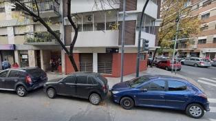 Dos delincuentes fueron detenidos cuando estaban robando un auto en Caballito