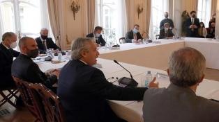 En París, el Presidente se reunió con empresarios y luego se verá con Macron