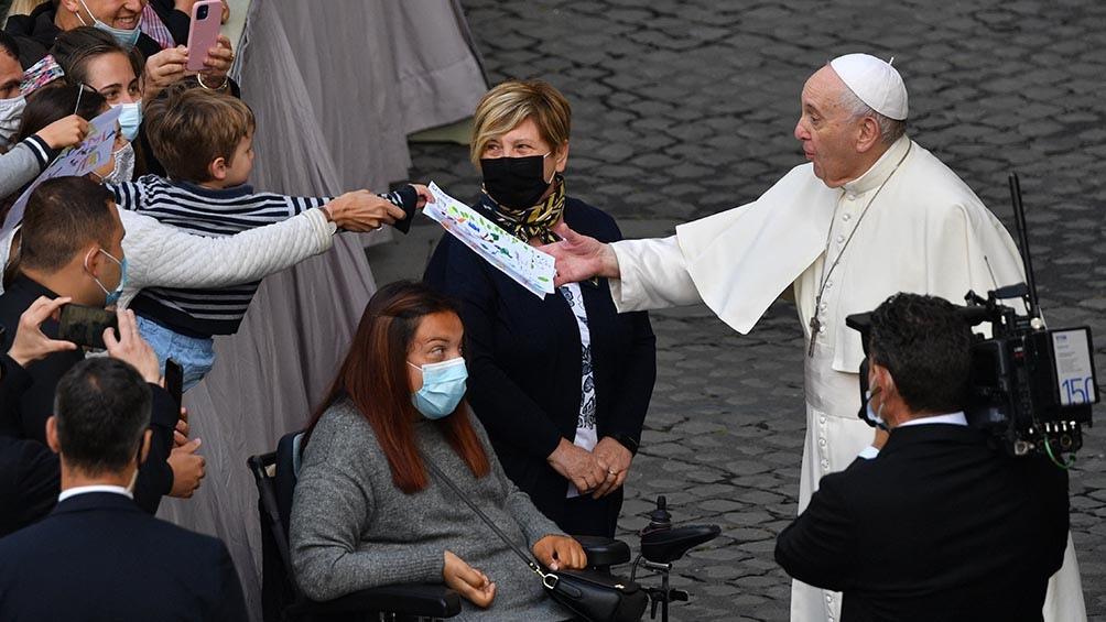 Antes de iniciar la catequesis, Jorge Bergoglio dialogó a distancia con varios de los presentes.