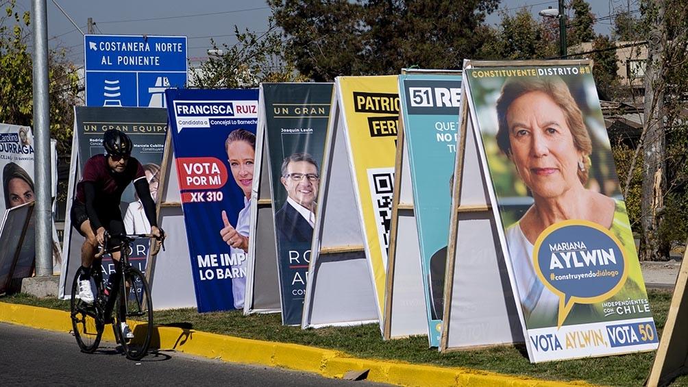 Los chilenos votarán 155 convencionales constituyentes, 16 gobernadores regionales, 345 alcaldes y 2.240 concejales.