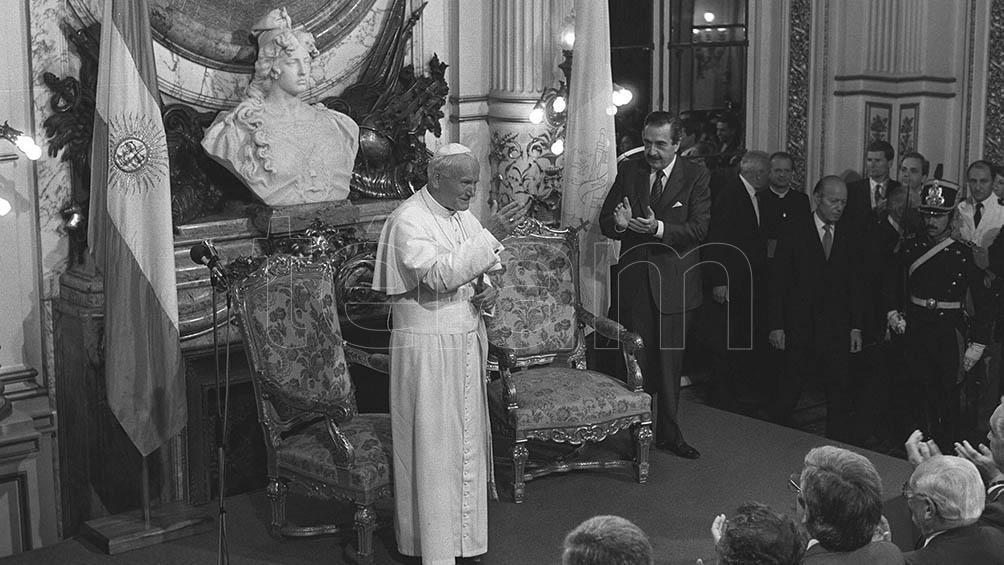 El 6 de abril de 1987, el mismo día de su llegada, el presidente Alfonsín agasajó a Juan Pablo II en la Casa Rosada.