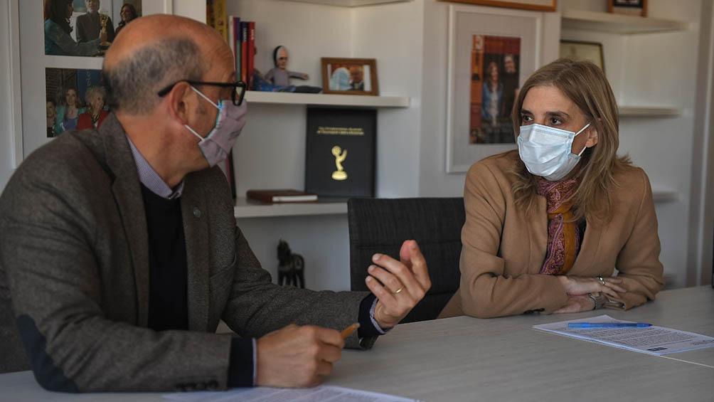 La firma del convenio entre Adrián Cannelotto y Bernarda Llorente.