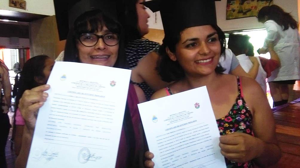 Claudia Santillán (izquierda) terminó la primaria y comenzó la secundaria en pandemia.