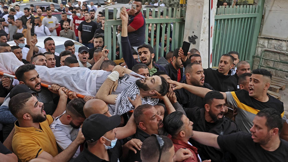 Los manifestantes eran en su mayoría jóvenes que tiraban piedras, bombas molotov y otros tipos de proyectiles improvisados.