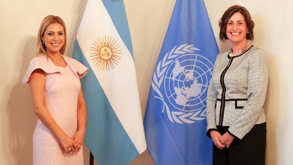 Fabiola Yañez y Beth Bechdolñ